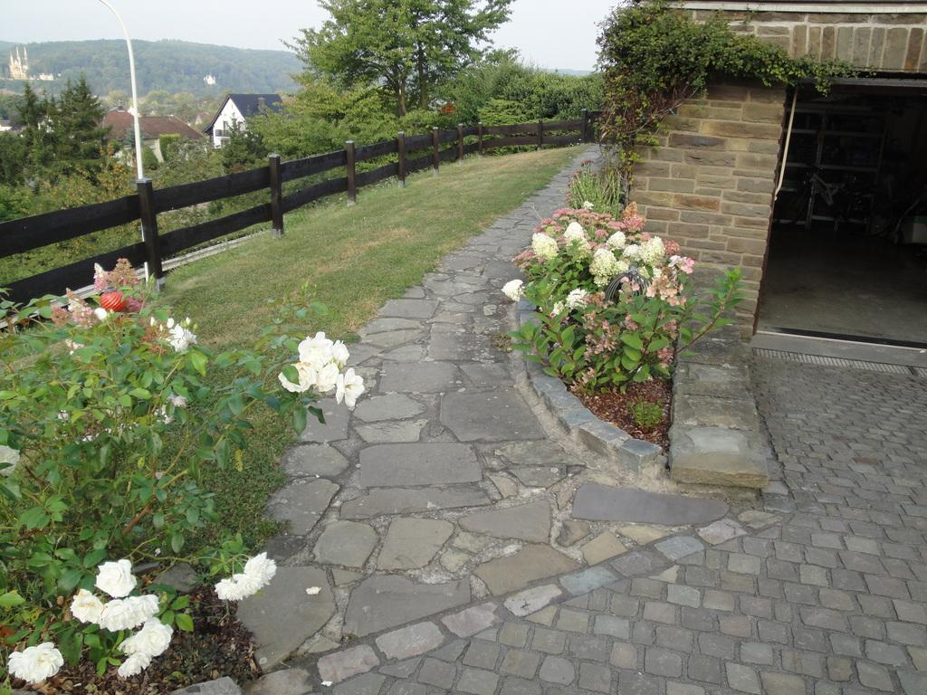 Im und um haus und garten neugestaltung terrassen und wege for Neugestaltung garten