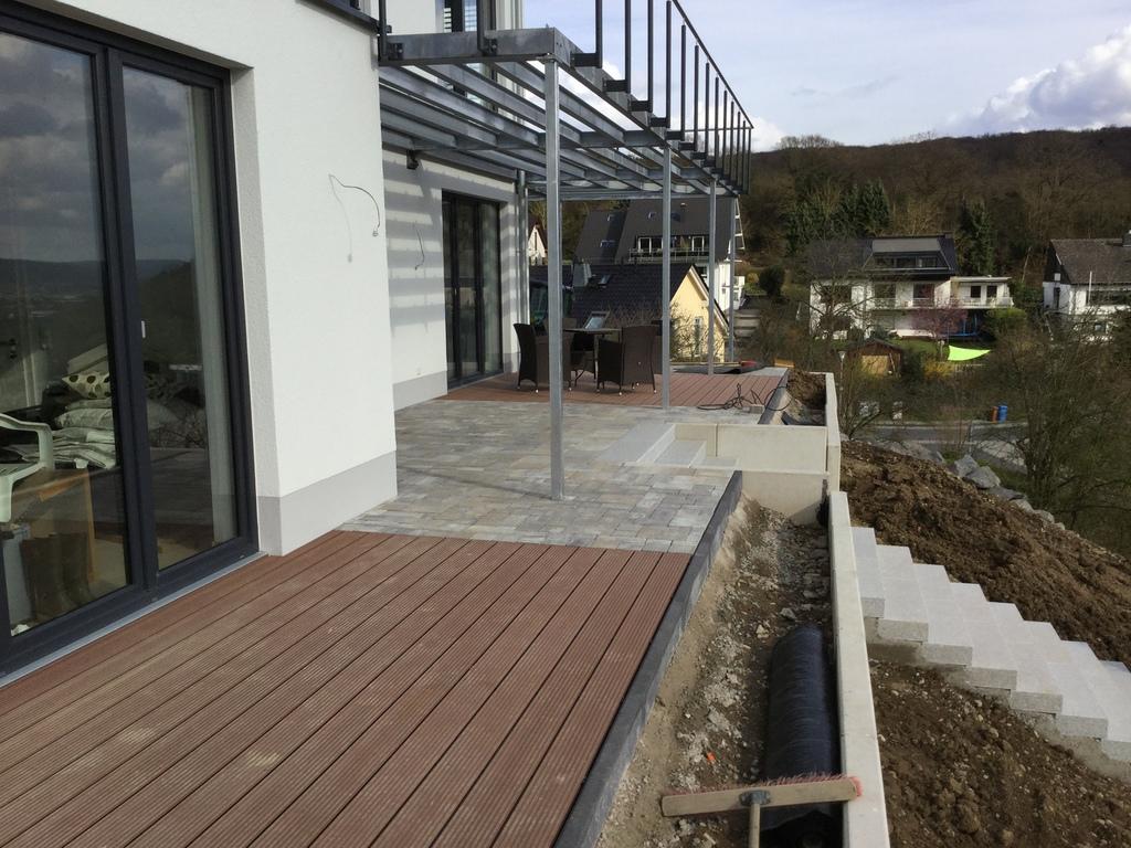 Im und um haus und garten terrasse kombiniert aus wpc for Haus und garten