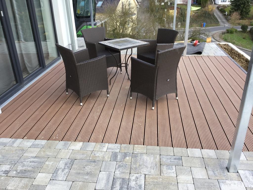 im und um haus und garten terrasse kombiniert aus wpc und pflaster germania antik. Black Bedroom Furniture Sets. Home Design Ideas